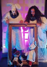Θέατρο: Ακολούθα το λευκό κουνέλι